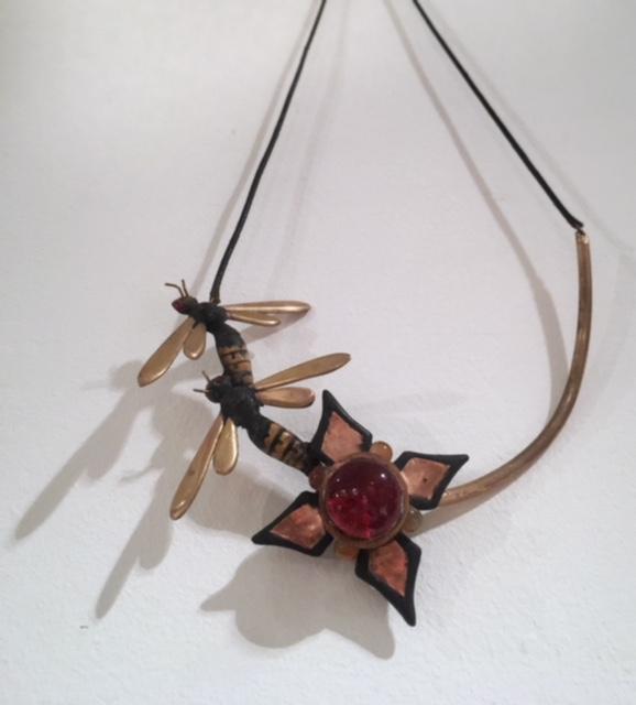 Collier-I-met-echte-wespen-en-koperen-bloem-met-glazen-steen